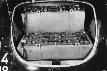 Deux configurations d'implantation des batteries ont été essayées, sous le capot moteur ou comme ici dans le coffre