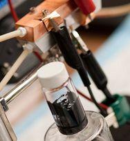 Un liquide électrogène noir et visqueux ressemblant à s'y méprendre… à du pétrole brut !
