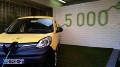 la poste avec ses 5000 renault kangoo c 39 est la plus grande flotte de voitures lectriques de. Black Bedroom Furniture Sets. Home Design Ideas