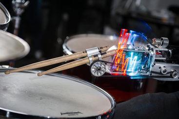 Prothèse robotisée pour jouer de la batterie