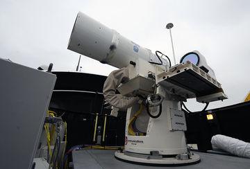 Le Laser Weapon System (LaWS), un prototype de défense anti-missiles installé à bord de l'USS Dewey.